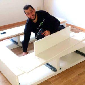 Employé de Recyclage Express qui monte un meuble