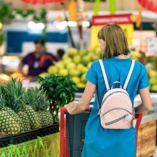 femme qui fait les courses fruit et legumes - Recyclage Express