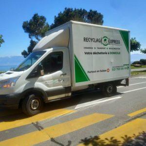 Camion blanc de Recyclage-Express au bord du lac