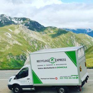 Camion blanc de Recyclage Express en montagne
