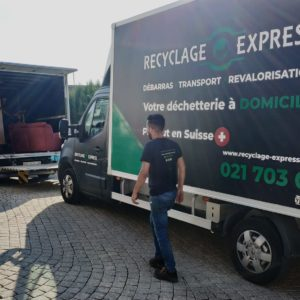 camion recyclage sur un chemin etroit